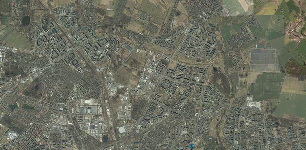 Dans l'Est berlinois, les HLM et barres d'immeubles sont bien visibles par images