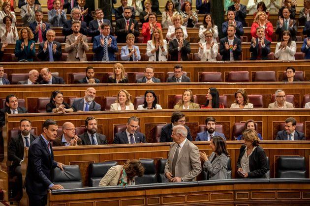 El presidente del gobierno, Pedro Sánchez (abajo izquierda), llega a la sesión de constitución...
