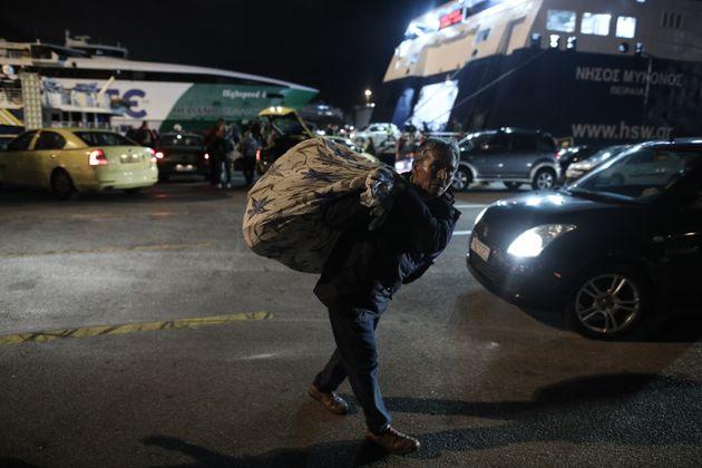 Στο λιμάνι του Πειραιά 142 πρόσφυγες από τα