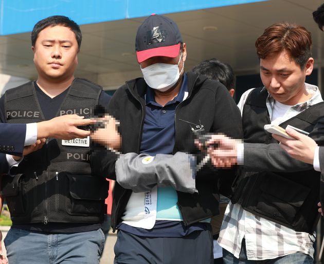 아내를 폭행해 살해한 혐의로 구속된 유승현 전 김포시의회 의장이 검찰 송치를 위해 지난 5월 23일 김포경찰서를 나서고