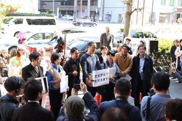 署名を届けるため文化庁に入館する前の「ReFreedom_Aichi」のメンバー