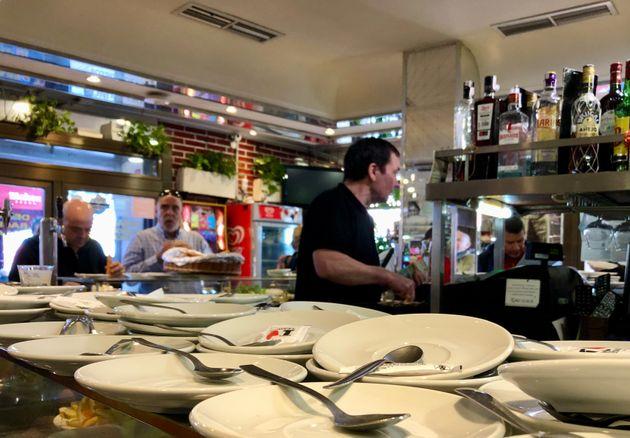 Platos preparados para servir cafés en un bar de Legazpi, en