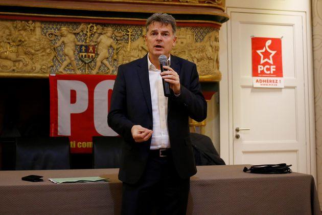 Le premier secrétaire du PCF Fabien Roussel lors d'une réunion à Cherbourg-Cottleville...
