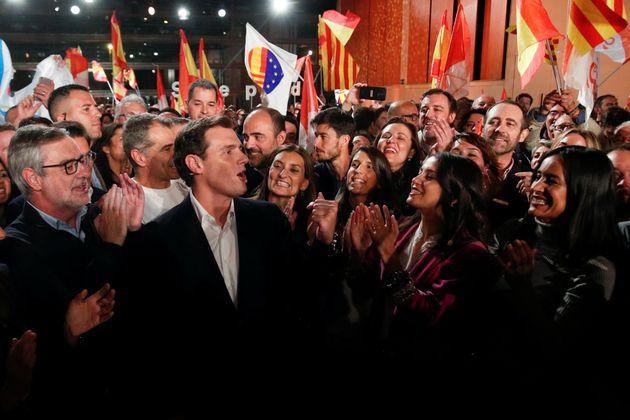 Albert Rivera, rodeado de los suyos en el cierre de campaña de