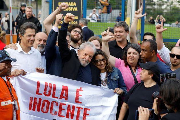 O ex-presidente Luiz Inacio Lula da Silva deixa a prisão em