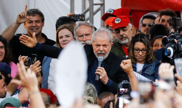 L'ancien président brésilien Luiz Inacio Lula da Silva a donné un discours après...