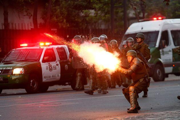 Policías antidisturbios en Santiago de