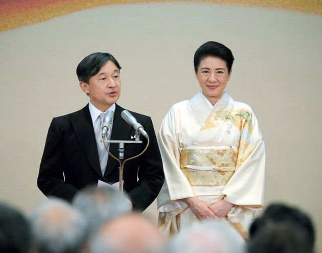 4回目の「饗宴(きょうえん)の儀」であいさつされる天皇陛下と皇后さま=10月31日、皇居・宮殿「豊明殿」