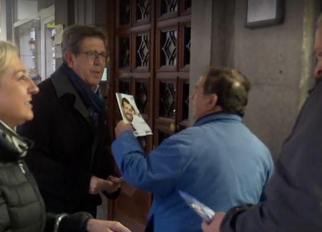 El candidato del PP por Segovia reparte propaganda entre sus