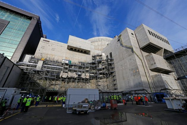 Des travailleurs sur le chantier de construction du réacteur nucléaire de Flamanville le...