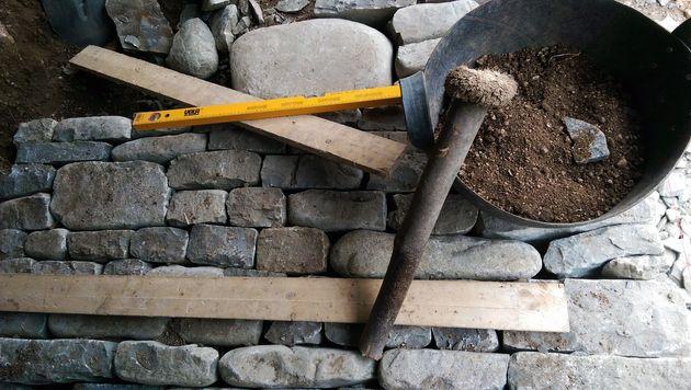 Αναστηλώνοντας το παλιό, πέτρινο μονοπάτι στη Γέφυρα