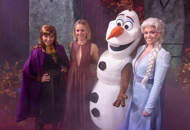 Kristen Bell (la deuxième personne à gauche) pose avec des personnages du film «Frozen...
