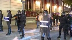 Manifestantes encapuchados lanzan objetos a la Policía en