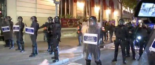 Policías se protegen del lanzamiento de