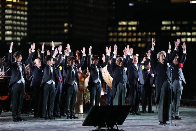 「天皇陛下御即位をお祝いする国民祭典」で、かけ声に合わせて万歳する安倍晋三首相(右端)と嵐のメンバー(左)ら登壇者=2019年11月9日午後6時42分、東京都千代田区、林敏行撮影