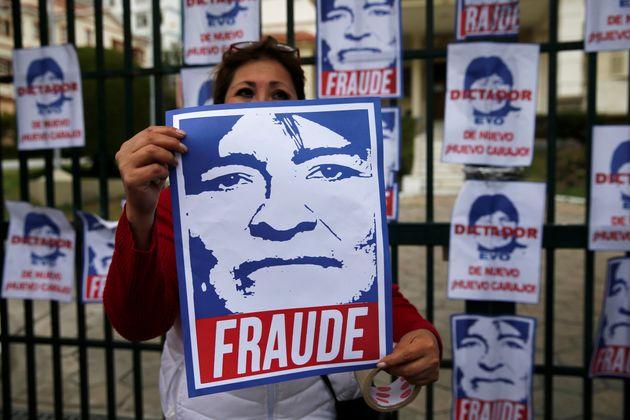 À La Paz, le 9 novembre, les manifestants brandissent des affiches avec le visage du président...