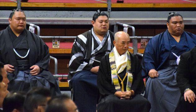9日、神事「土俵祭」に出席した阿炎(後列中央)