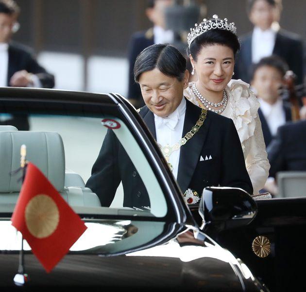 即位を祝うパレードに臨まれる天皇、皇后両陛下=10日午後、皇居