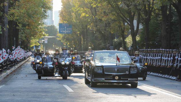 天皇陛下の即位を祝うパレードの車列=10日午後、東京都港区の赤坂御所正門前