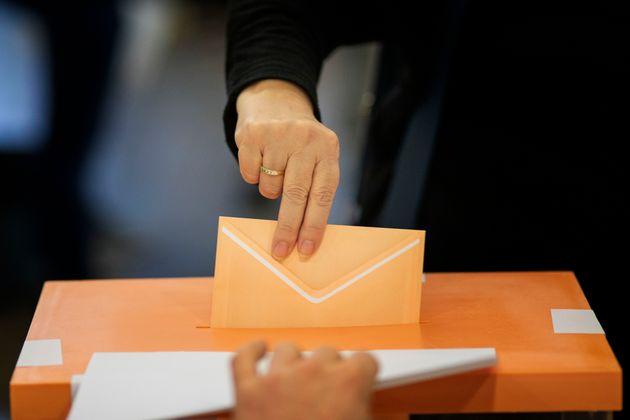 Una mujer vota este 10-N en un colegio de electoral de