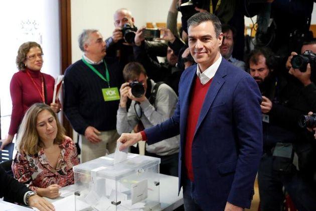 Pedro Sánchez, votando este 10-N en su colegio