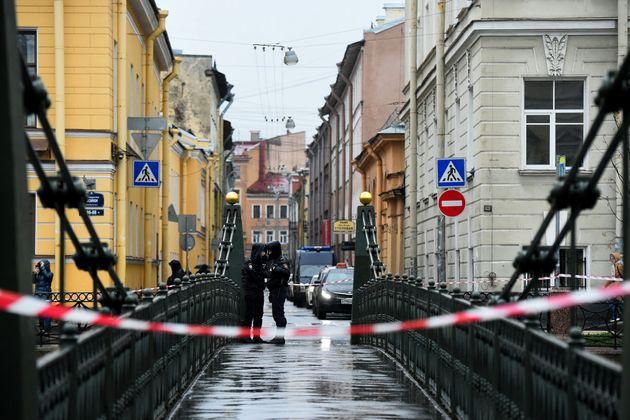 Des policiers à côté du lieu où a été retrouvé Oleg Sokolov...