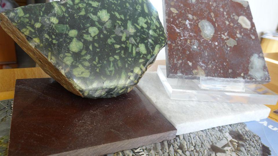 Εικ.1 Αριστερά ο περίφημος κροκεάτης λίθος και δεξιά (και κάτω) παραλλαγές του ερυθρού μαρμάρου