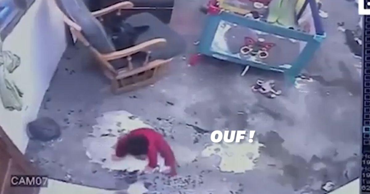 Un chat évite la chute d'un bébé dans l'escalier en se jetant sur lui