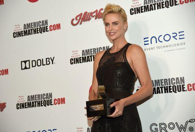 Charlize Theron pose dans les coulisses du 33e American Cinematheque Award, le vendredi 8 novembre 2019,...