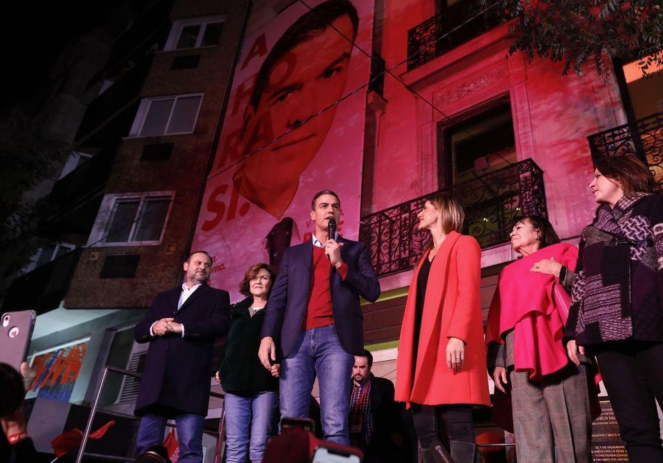 Pedro Sánchez se dirige a sus simpatizantes en Ferraz