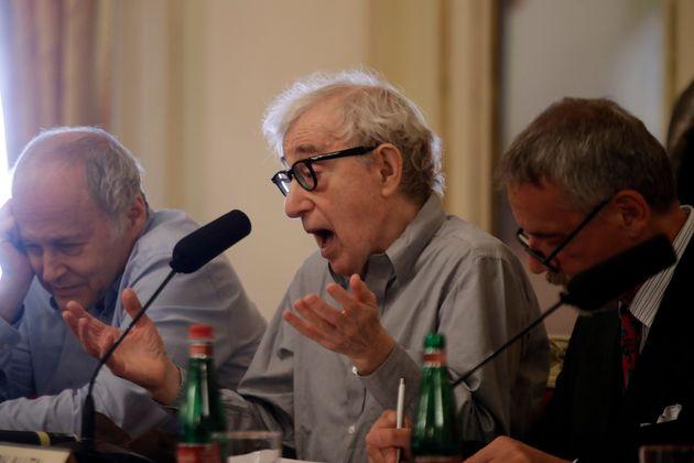El director Woody Allen da una conferencia de prensa en La Scala, en Milán, Italia, el martes 2 de julio...