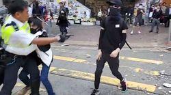 Χονγκ-Κονγκ: Αστυνομικός πυροβολεί διαδηλωτή, διαδηλωτές πυρπολούν