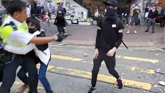 Σκηνές ωμής βίας στο Χονγκ Κονγκ: Η στιγμή που αστυνομικός πυροβολεί εξ επαφής