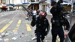 Un policier tire à balles réelles sur un manifestant à Hong