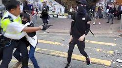 Hong Kong, poliziotto apre il fuoco contro un manifestante. Nel video il momento dello