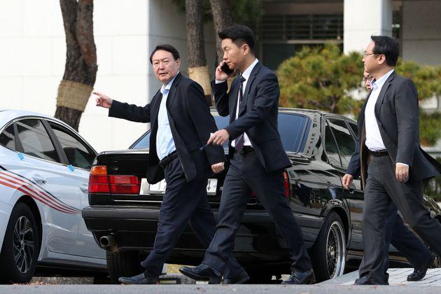 윤석열 검찰총장이 11일 오후 서울 서초구 대검찰청에서 발걸음을 옮기고