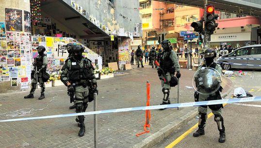 【香港デモ】警察官が男性に実弾を発砲。動画には銃声を3回記録