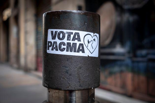 Una pegatina pidiendo el voto para PACMA, en las calles de