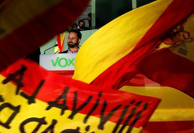 Santiago Abascal saluda a los simpatizantes de Vox, anoche, tras conocer los resultados de las