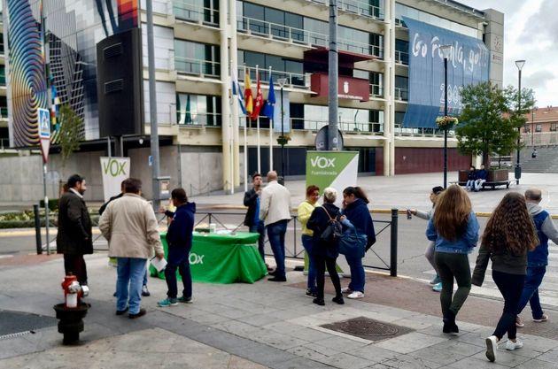 Una mesa informativa de Vox en el Ayuntamiento de Fuenlabrada el 2 de noviembre, durante la campaña del