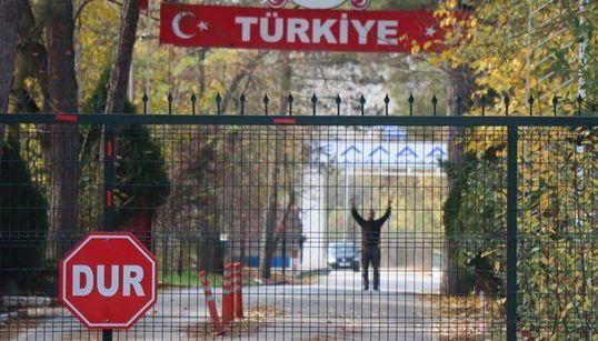 Πίσω στην Τουρκία τζιχαντιστής που εγκλωβίστηκε στη «νεκρή ζώνη» με την