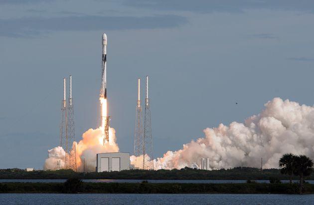 Une fusée SpaceX Falcon 9 décolle de la base aérienne de Cap Canaveral avec à...