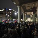 A Milano in 5mila sotto la pioggia per Liliana Segre: