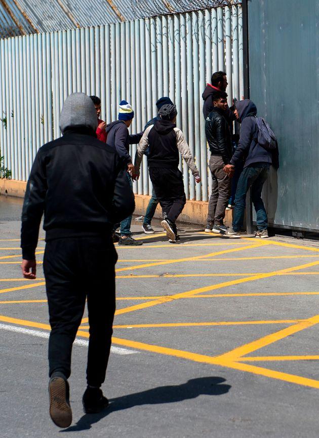 Un grupo de jóvenes migrantes, en el Puerto de Ceuta, en una imagen de