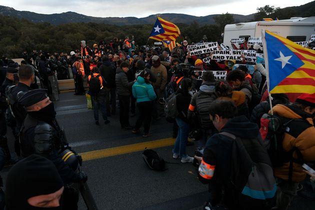 Los independentistas cortan La Jonquera y desatan las quejas de