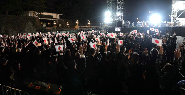 天皇陛下の即位を祝う「国民祭典」で天皇、皇后両陛下に万歳三唱する集まった人たち=9日、東京都千代田区[代表撮影]