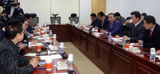 자유한국당 재선의원들이 12일 서울 여의도 국회 의원회관에서 긴급 간담회를 갖고 보수통합 등 현안 논의를 하고
