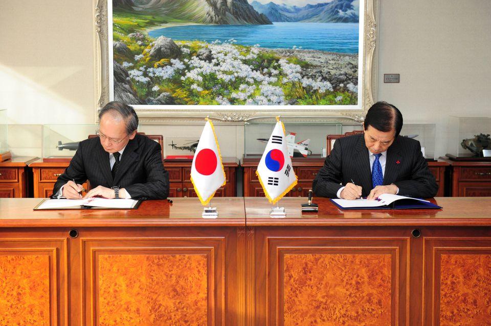 사진은 2016년 11월23일, 서울 국방부 청사에서 한민구 당시 국방장관(오른쪽)과 나가미네 야스마사주한 일본대사가 '지소미아' 서명식을 갖는