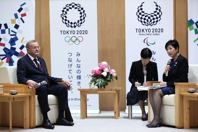 東京都から北海道札幌市に会場が変更となった陸上(マラソン)のチケットは、今回の第2次抽選は対象外だ。(写真左)IOCのジョン・コーツ調整委員長と(写真右)小池百合子東京都知事