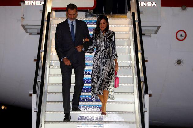 El rey Felipe VI y la reina Letizia a su llegada esta noche al aeropuerto Internacional José Martí en...